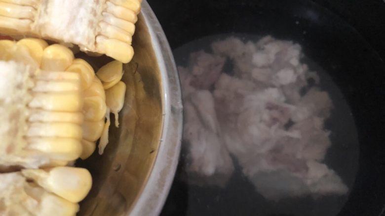 山药猪骨汤,加入到锅里