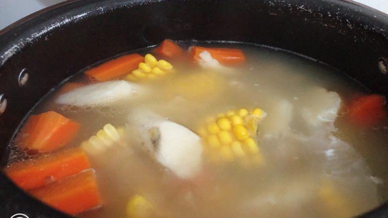 山药猪骨汤,美味的山药猪骨汤就完成了。加了玉米红萝卜特别清甜。