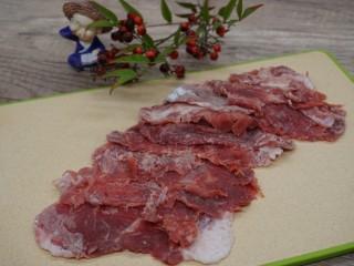 水煮千張,瘦肉蘸上淀粉錘薄備用