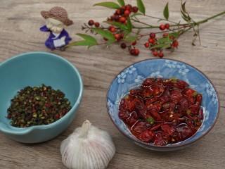 水煮千張,浸泡干辣椒,準備花椒和蒜