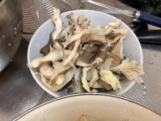 水煮千張,平菇撕小朵洗凈擠干水分
