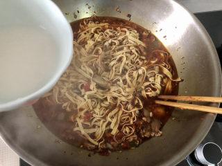 水煮千張,沿鍋邊淋兩湯匙水淀粉,中大火收汁