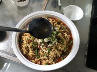 水煮千張,最后在蒜蓉青花椒上澆上八成熱的熱油即可