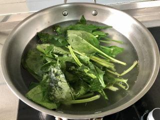 水煮千張,下菠菜燙半分鐘