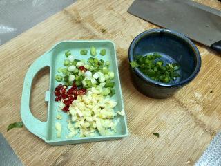 水煮千張,小蔥切末蔥白蔥葉分開,小米辣切圈,姜切末,蒜切蒜蓉