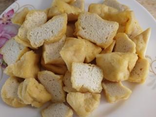 油豆腐燒肉,油豆腐對角切開。