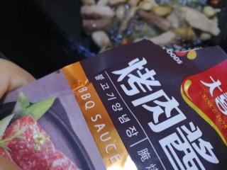 油豆腐燒肉,加烤肉醬增香。