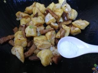 油豆腐燒肉,加鹽調味。