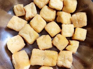 油豆腐燒肉,準備好油豆腐,洗凈待用。