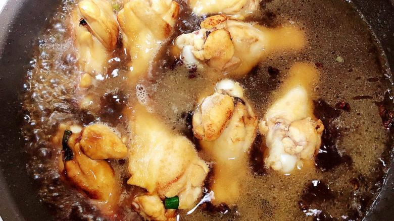 油豆腐烧肉,倒入开水,慢炖20分钟。