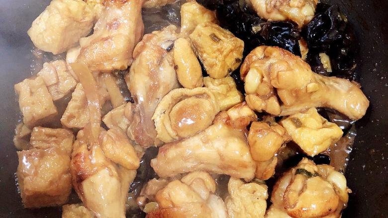 油豆腐烧肉,可以出锅喽!