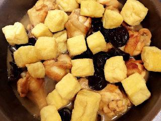 油豆腐燒肉,再放入油豆腐、鹽,繼續燉煮10分鐘。