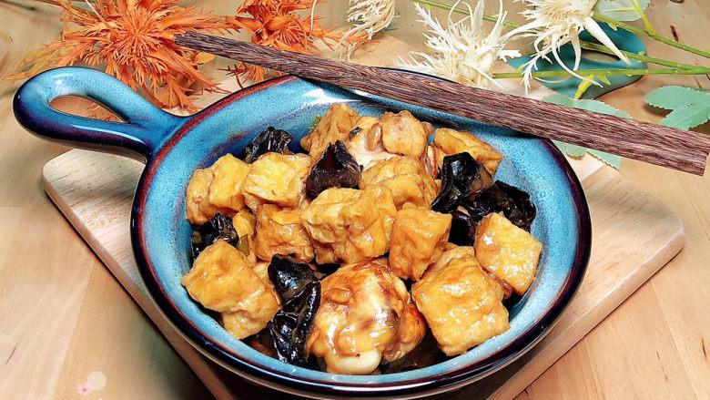 油豆腐烧肉,一盘色香味俱全的油豆腐烧肉就上桌了!