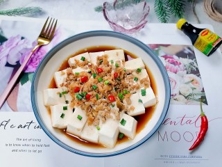 榨菜肉末蒸豆腐,拍上成品圖,一道清爽又美味的榨菜肉末蒸豆腐就完成了。