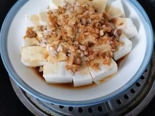 榨菜肉末蒸豆腐,放入蒸鍋隔水蒸十分鐘