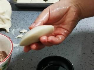 脆皮紅糖油糕,如圖這樣,周邊薄,中心位置鼓起的狀態即可