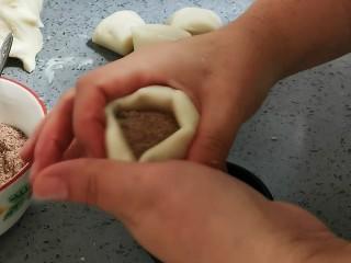 脆皮紅糖油糕,包入兩勺紅糖餡