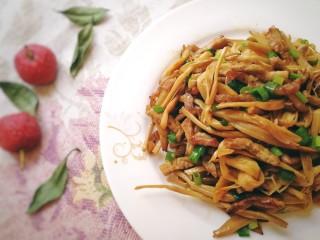 黃花菜炒肉絲,肉絲滑嫩鮮香,黃花菜脆嫩入味,舌尖上的美味。