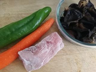 魚香肉絲,主料:凍里脊肉,尖椒,胡蘿卜,泡發好焯過水的木耳。