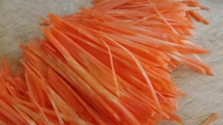 鱼香肉丝,胡萝卜去皮切丝。