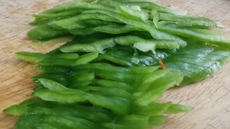 鱼香肉丝,尖椒洗净,去籽去筋,切丝。
