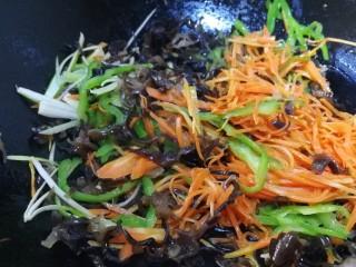 魚香肉絲,放蔥姜絲炒出香味,放木耳絲文火炒勻。