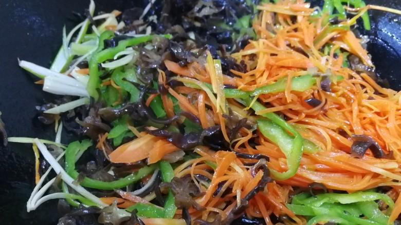 鱼香肉丝,放葱姜丝炒出香味,放木耳丝文火炒匀。