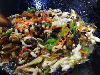 魚香肉絲,沿鍋邊一圈淋上料汁,文火翻炒,把料汁收濃稠即可。