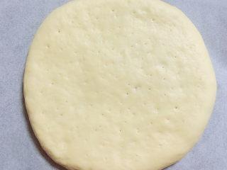 奶酪餅,將面餅再稍微搟薄一點點,扎上一些洞眼,避免脹氣。