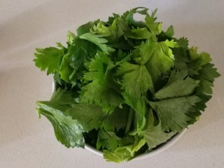 芹菜葉炒雞蛋,撈出控水。芹菜葉可涼拌、可炒吃。