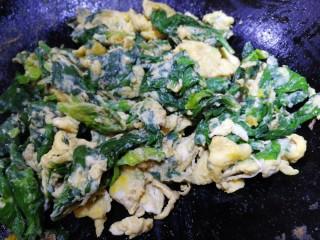 芹菜葉炒雞蛋,文火翻炒至蛋液凝固包裹上芹菜葉。