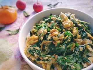 芹菜葉炒雞蛋,盛盤,雞蛋裹著芹菜葉,有著特殊的香味,真是好吃。