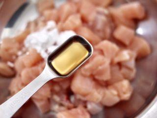 蠔油雙椒雞丁,加入料酒去腥。