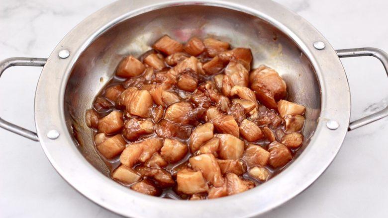 蚝油双椒鸡丁,把所有调料食材,混合搅拌均匀腌制半小时。