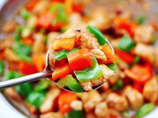 蠔油雙椒雞丁,營養豐富又鮮嫩多汁,雞丁的嫩滑爽口,搭配上雙椒,用蠔油來烹飪,簡直就是人間美味佳肴,吃上一口就會愛上了。