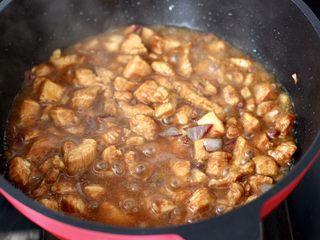 蠔油雙椒雞丁,大火燒開后。繼續燒2分鐘左右。
