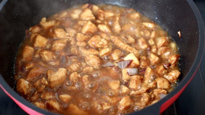 蚝油双椒鸡丁,大火烧开后。继续烧2分钟左右。