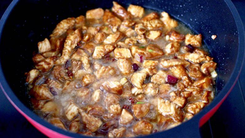 蚝油双椒鸡丁,锅中倒入少许清水。