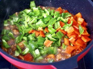 蠔油雙椒雞丁,放入青紅辣椒丁。