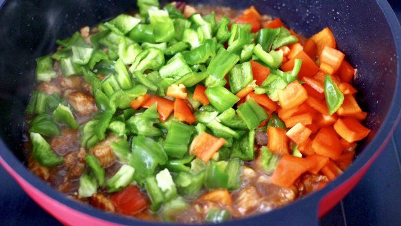 蚝油双椒鸡丁,放入青红辣椒丁。