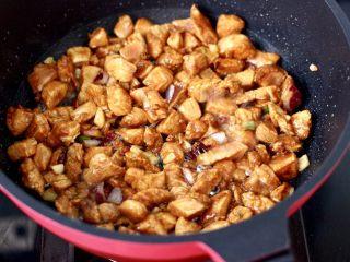 蠔油雙椒雞丁,大火快速翻炒至變色斷生。