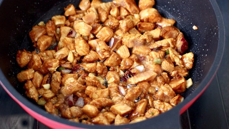 蚝油双椒鸡丁,大火快速翻炒至变色断生。