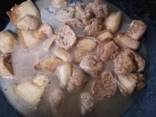 油豆腐燒肉,這是煮一會之后