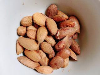 奶棗,準備好杏仁或者巴旦木。