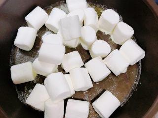 奶棗,放入棉花糖小火兒炒。
