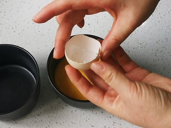蒸水蛋,取半个鸡蛋壳