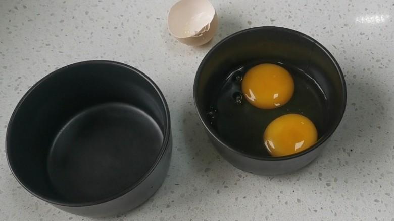 蒸水蛋,两个<a style='color:red;display:inline-block;' href='/shicai/ 9'>鸡蛋</a>打入空碗里