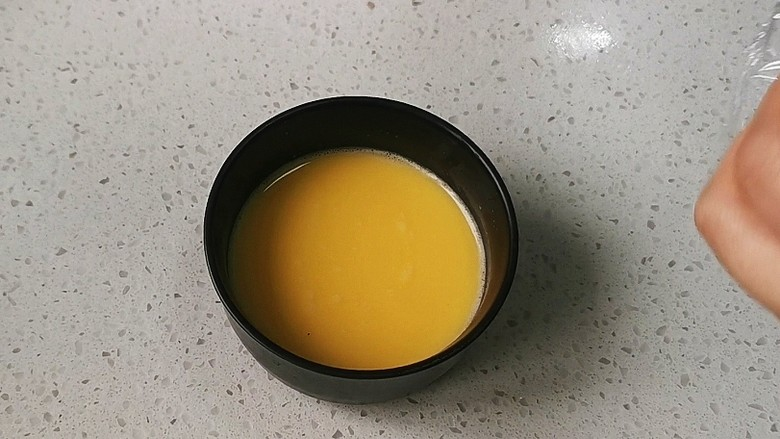 蒸水蛋,用筛网过滤一遍,去掉浮沫,如果没有筛网用勺子去掉浮沫也可以