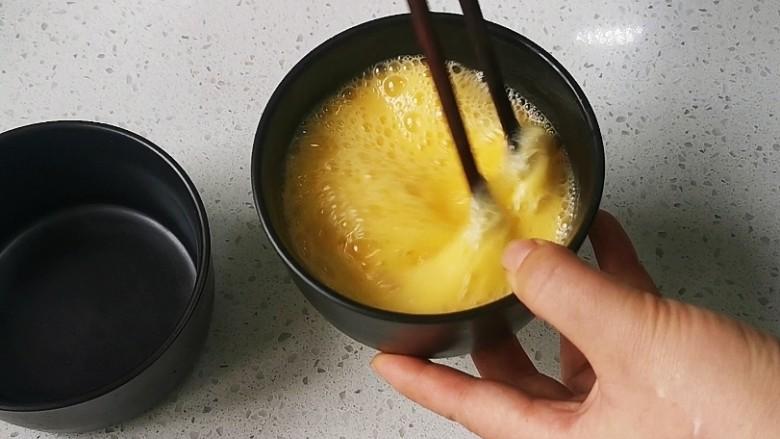 蒸水蛋,鸡蛋和温水搅打均匀