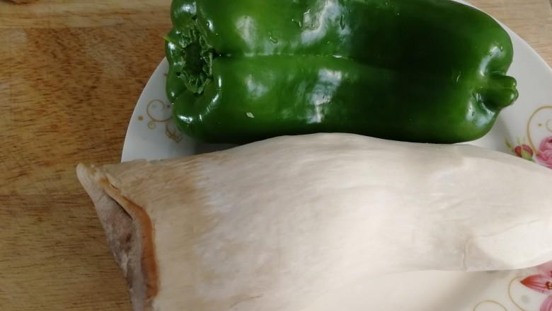 青椒炒杏鲍菇,食材清水洗干净。